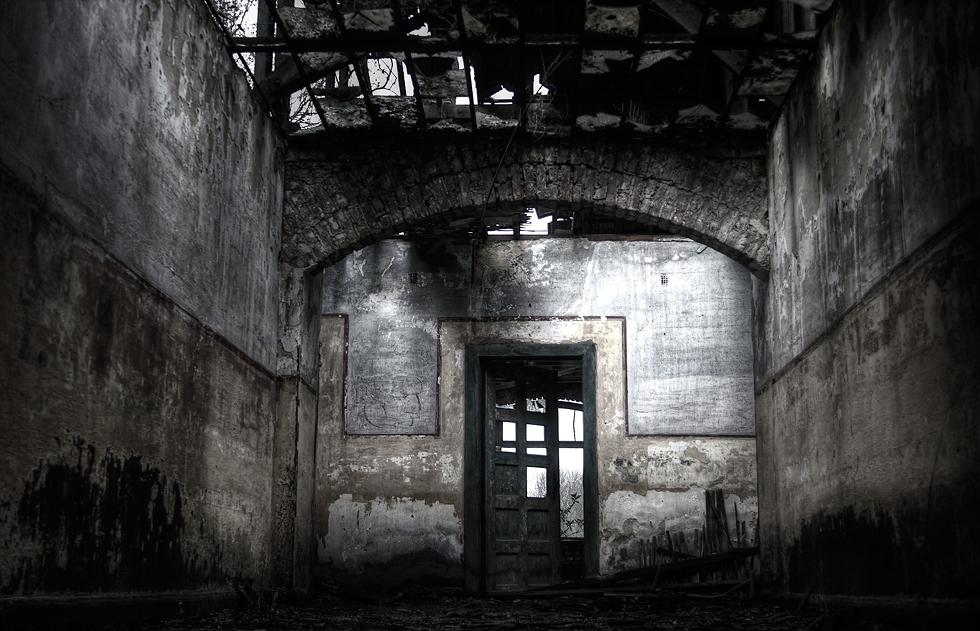 Halb geöffnete tür  Halb geöffnete Tür, die zum Betreten des Raumes einlädt.. ~ Foto ...