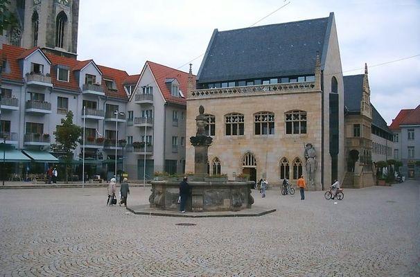 Halberstadt - Holzmarkt mit Brunnen und Roland