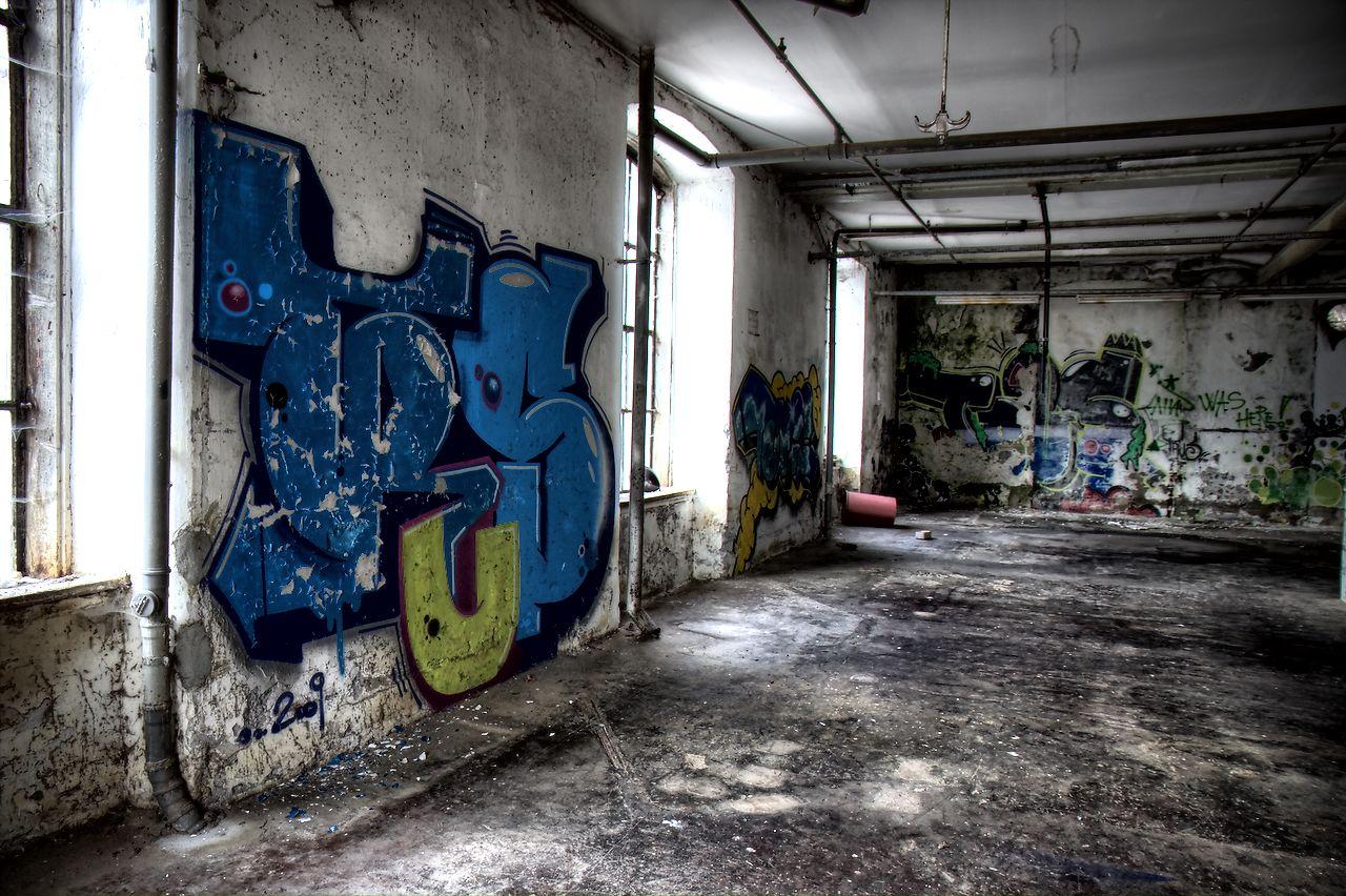 Halle mit Grafitti