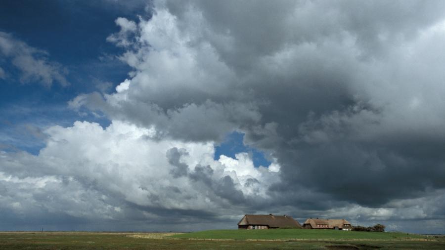 Hallig Gröde - Wolken über der Kirchwarft (neu)