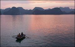 Halong Bay am Abend