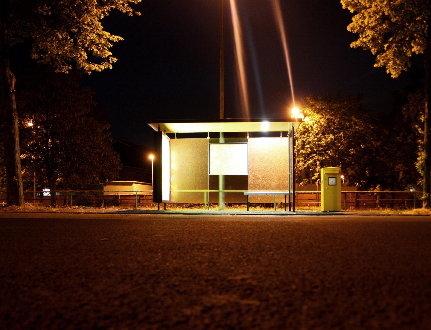 Haltestelle bei Nacht