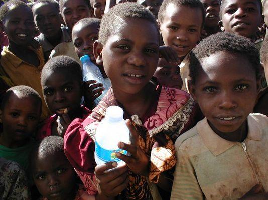 Hamai - kleines Dorf in Tansania: Freude über eine Flasche reines Wasser