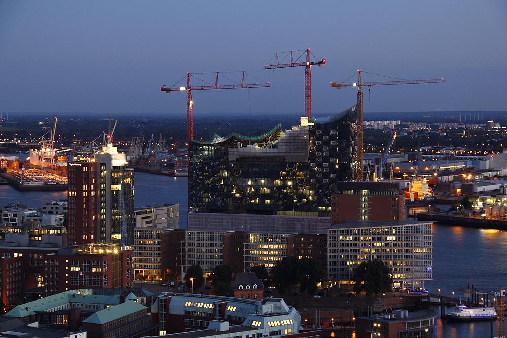 Hamburg am Abend mit Elbphilharmonie