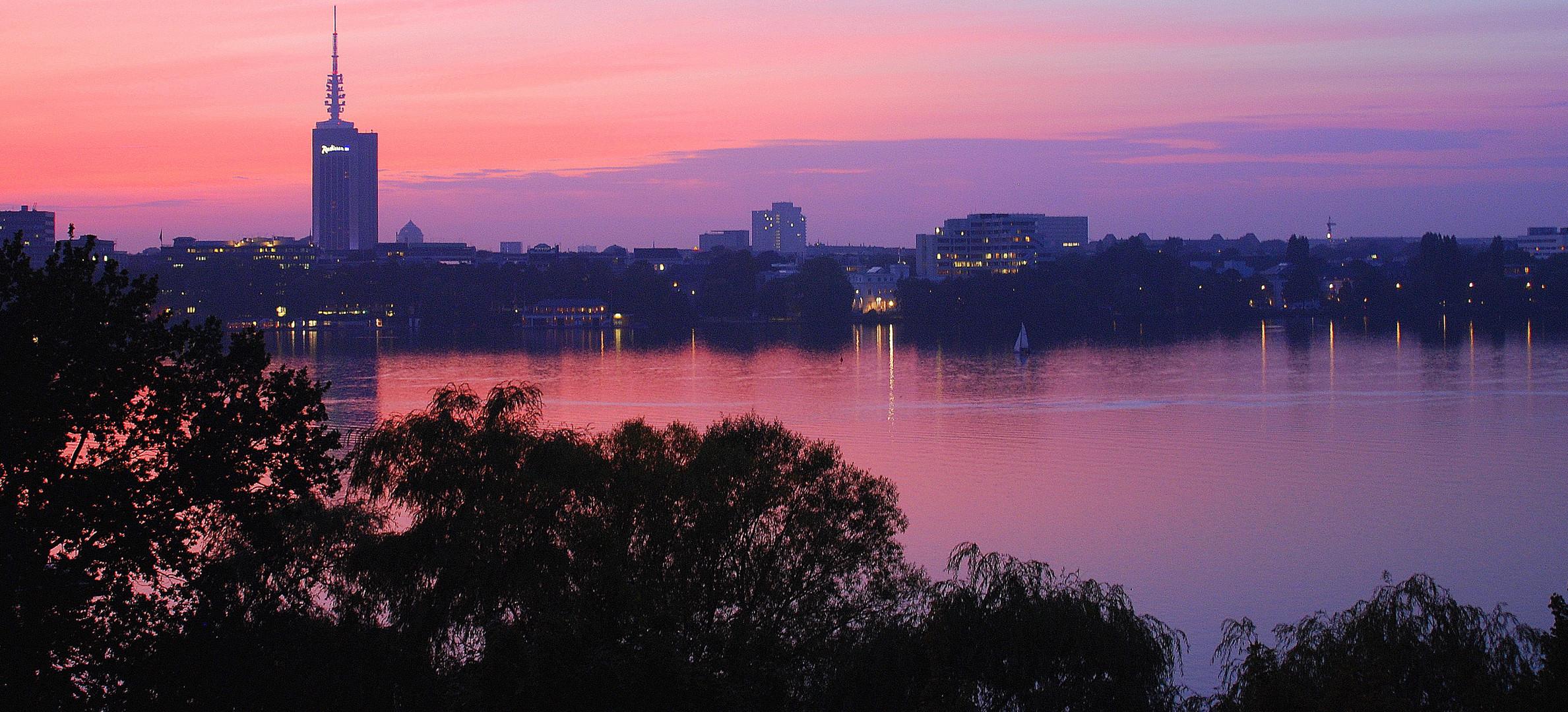 Hamburg, Außenalster im Rotlicht.