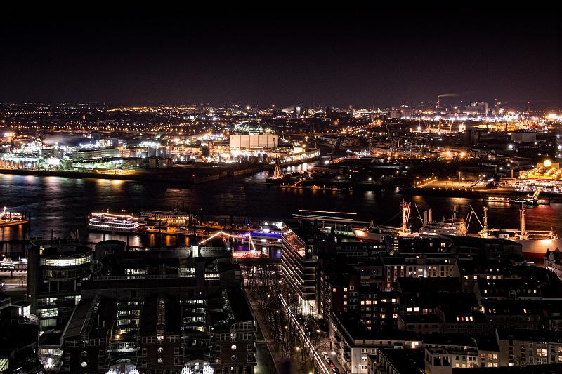 Hamburg bei Nacht - Blick Richtung Steinwerder und Hafen