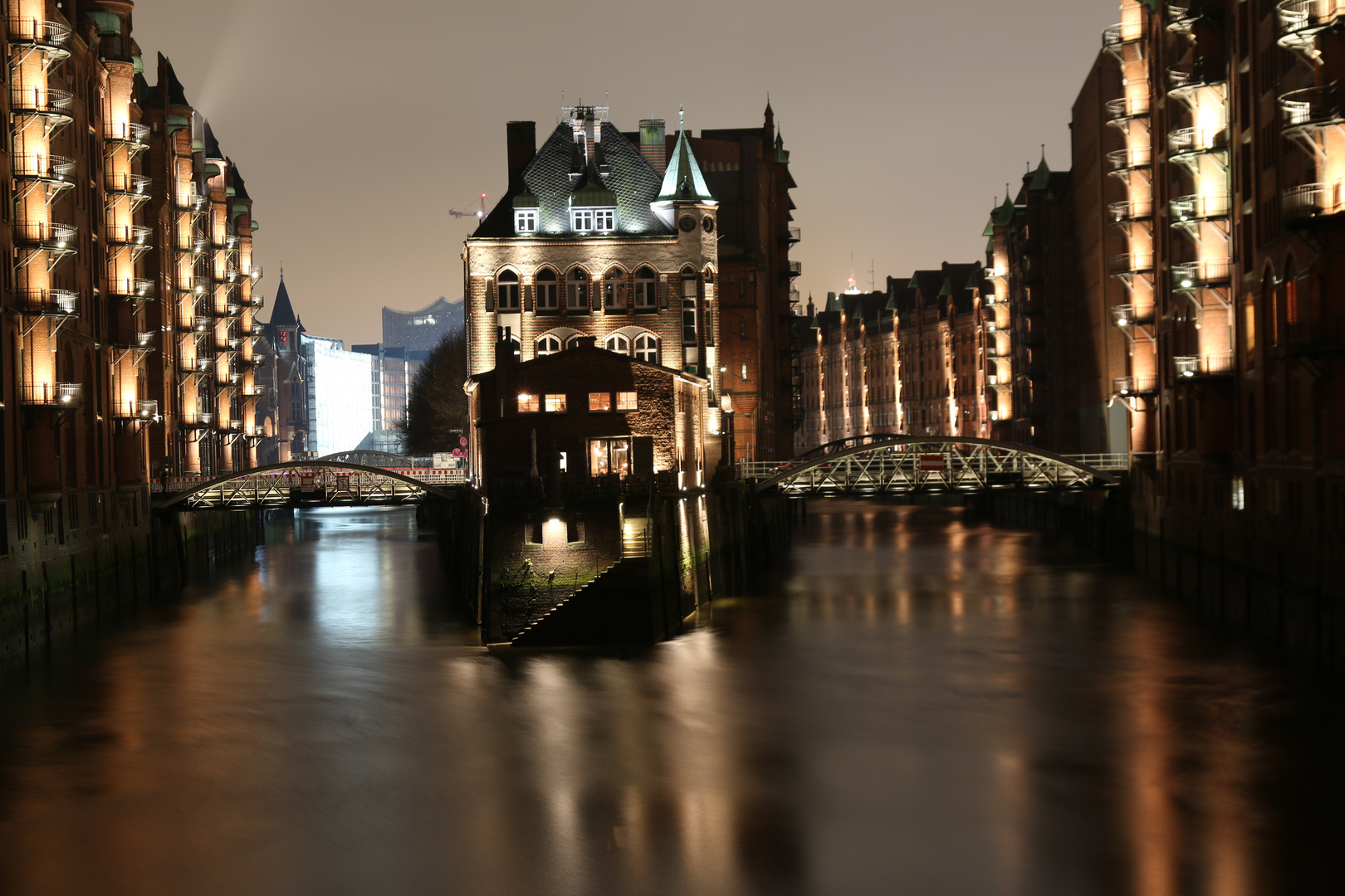 Hamburg bei Nacht, Wasserschloss