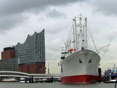 Hamburg -Elbphilharmonie und Cap San Diego-