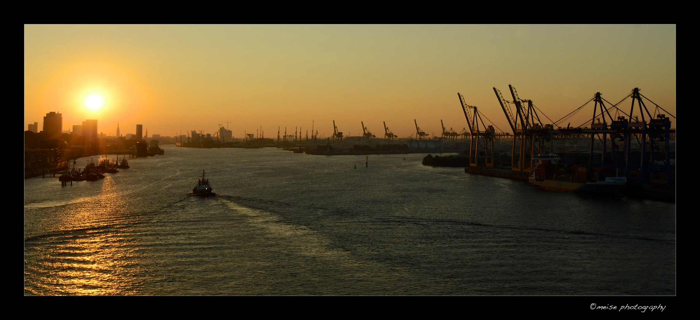 Hamburg Hafen bei Sonnenaufgang
