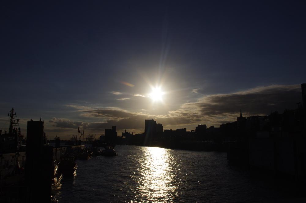 Hamburg Hafen im Gegenlicht