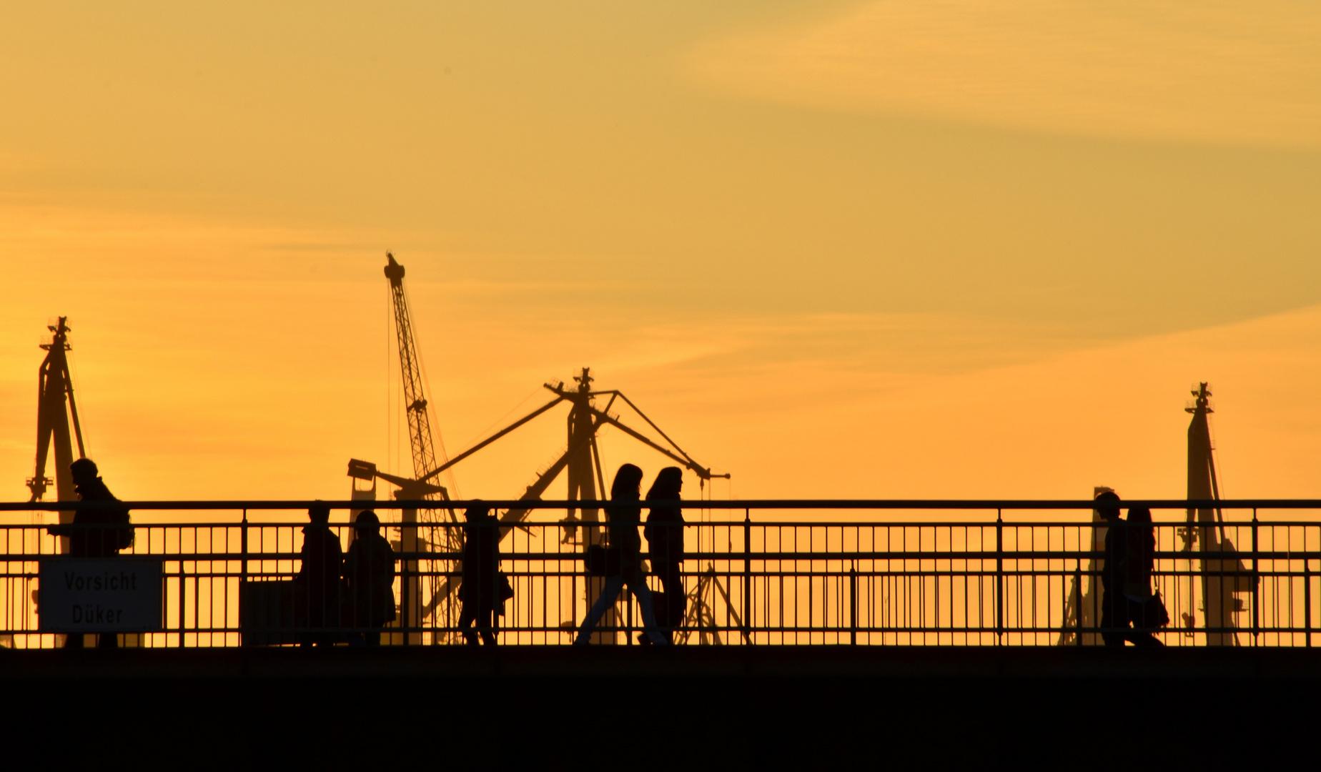 Hamburg Hafen im Sonnenuntergang