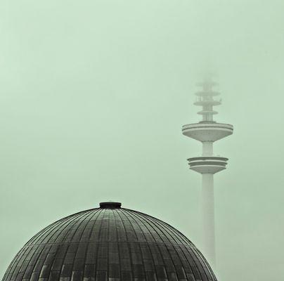 Hamburg im Morgennebel  (Unikuppel und Fernsehturm)