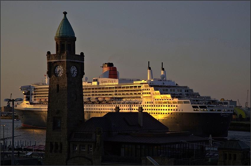 """Hamburg Impressionen - QM2 sagt: """"Guten Morgen Hamburg"""""""