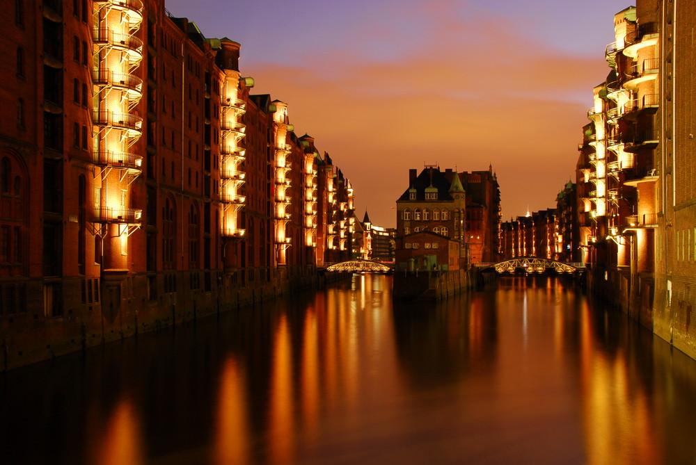 Hamburg Speicherstadt bei Blauer Stunde