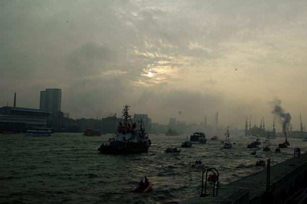 Hamburger Hafen beim Einlauf der Queen Mary 2