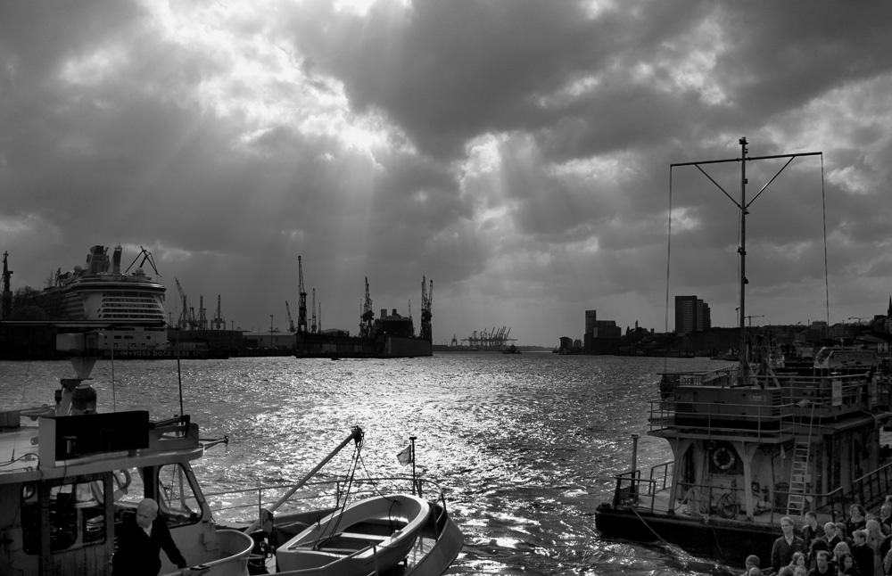 Hamburger Hafen im Licht