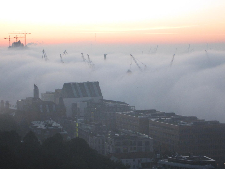 Hamburger Hafen im Nebel