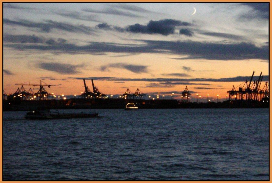 Hamburger Hafen in blau und orange