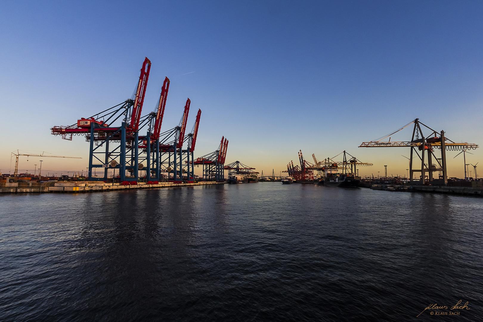Hamburger Hafen in der Abenddämmerung