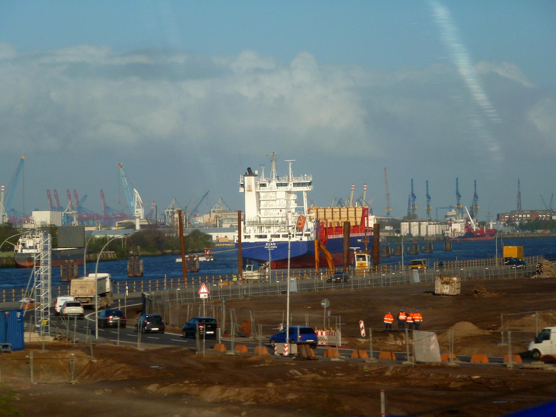 Hamburger Hafen -kurz hinter den Elbbrücken-