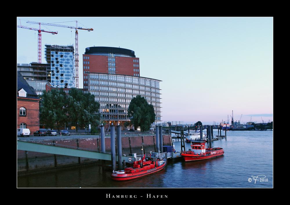 Hamburger Hafen mit ein bisschen Elbphilharmonie