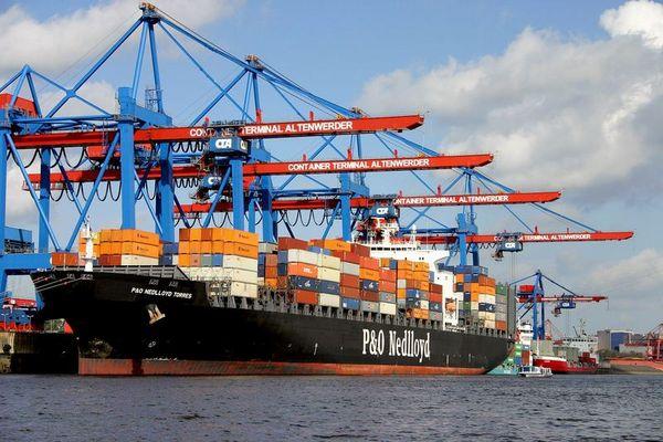 Hamburger Hafen... Schiff wird beladen
