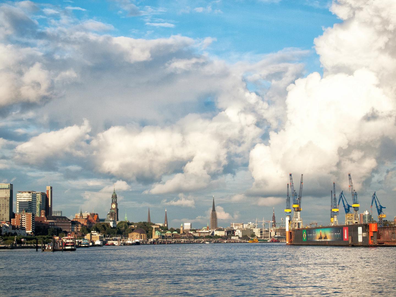 Hamburger Hafen von der Elbe aus gesehen
