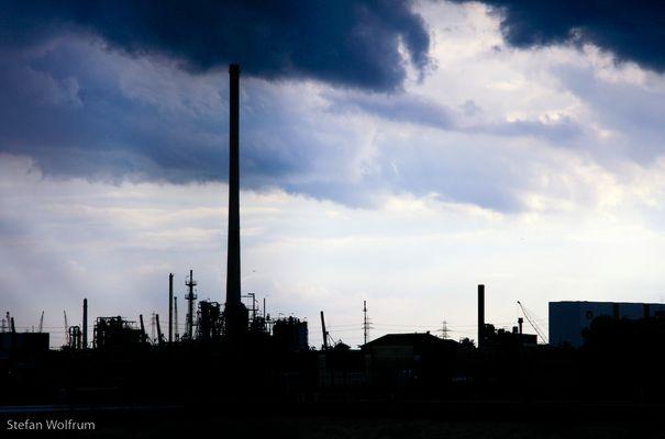 Hamburger Industrie mit dramatischem Himmel - blau