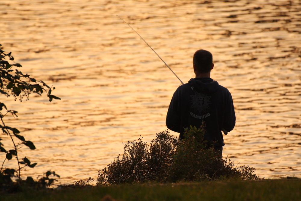 Hamburger Jung beim Fischen an der Elbe