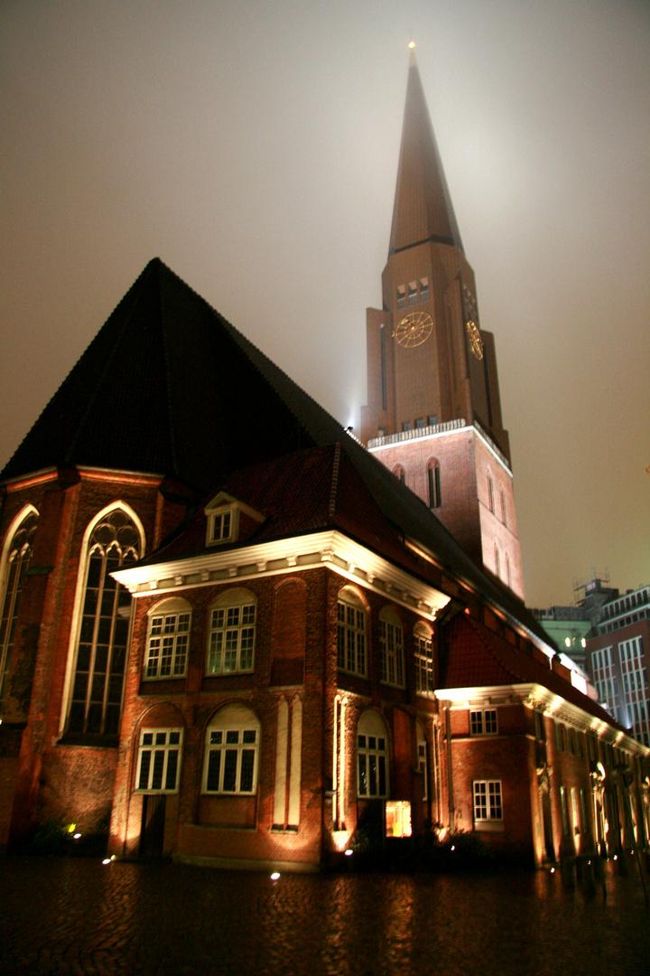 Hamburger Kirche bei Nacht