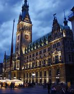 Hamburger Rathaus am Abend
