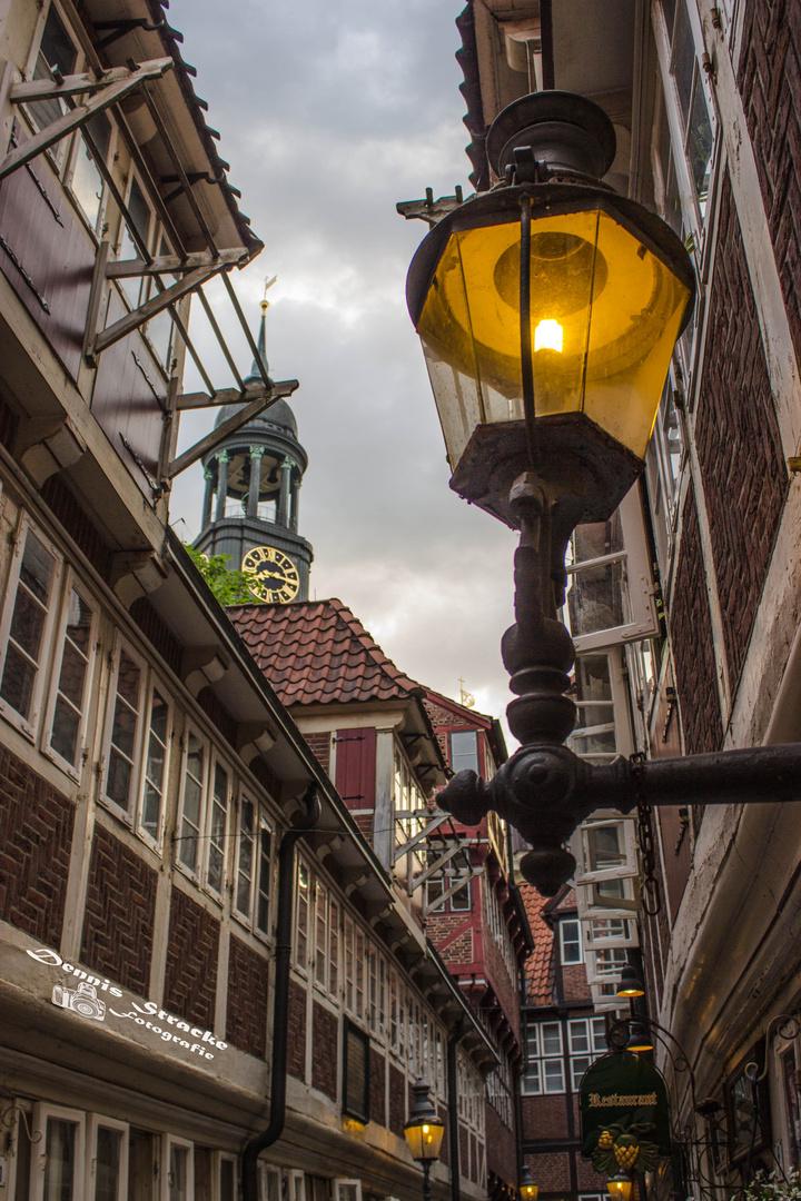 Hamburgs älteste Gasse / Krameramtsstübchen mit Blick auf den Michel