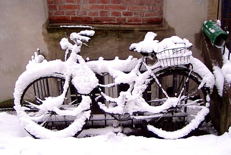 Hamburgs Fahrräder versinken im Schnee