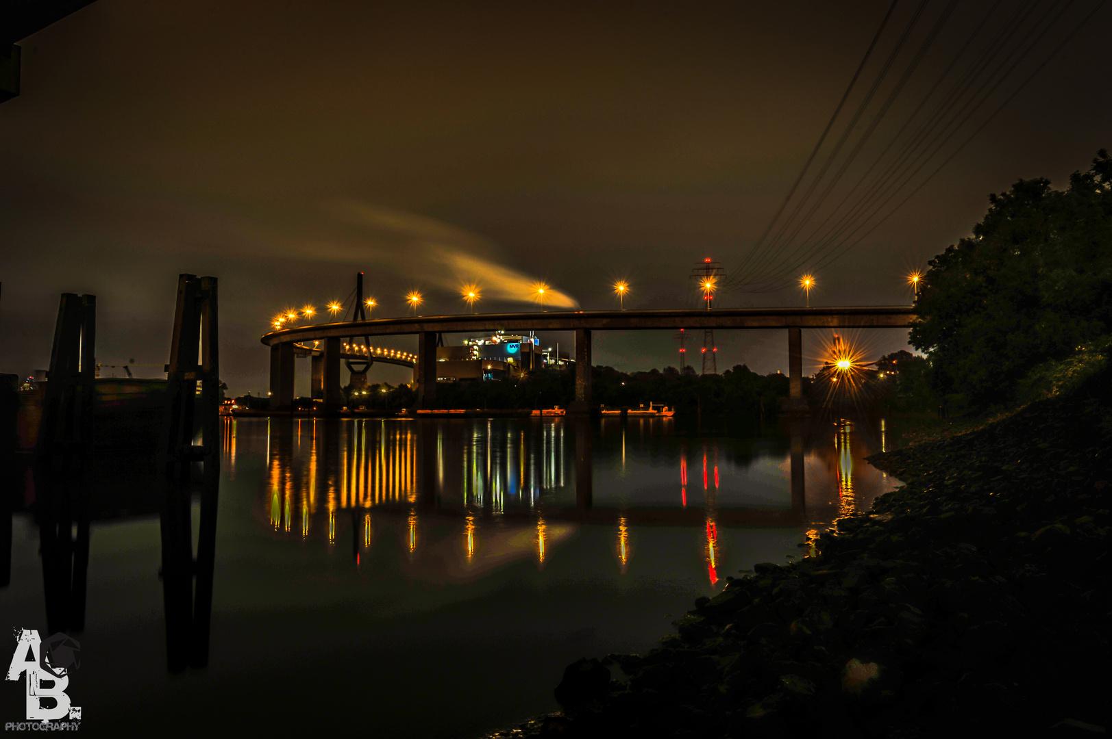 Hamburg´s Köhlbrandbrücke bei Nacht