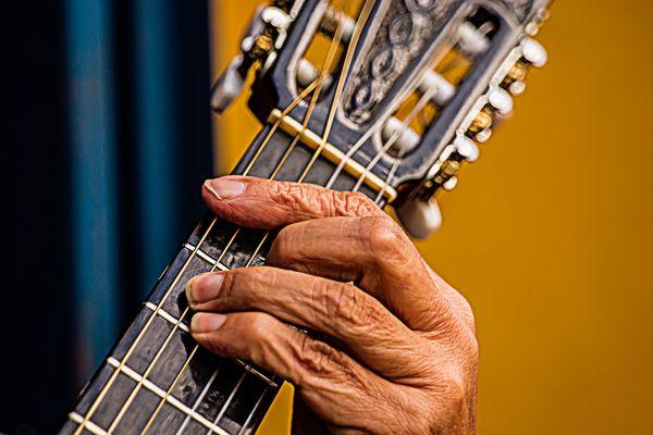 Hand des Gitarrenspieler der Gruppe Trio Caminito