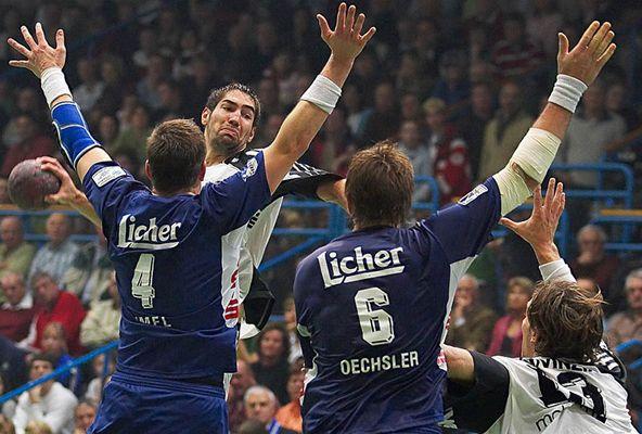 Handball: Nikola Karabatic überspringt Jan-Olaf Immel u. Andreas Oechsler