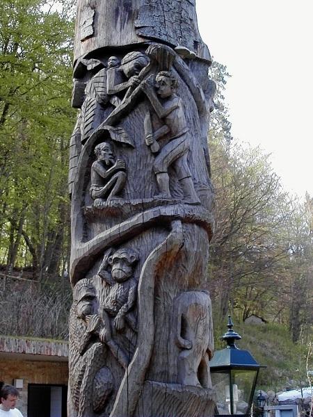 Handbearbeiteter Baumstamm in Boltenmühle (Land Brandenburg)