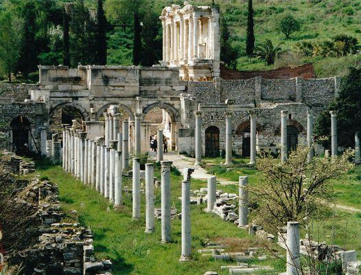 Handelsplatz im alten Orient und die berühmte Bibliothek von Ephesus