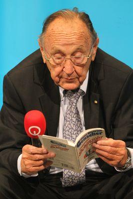 """Hans Dietrich Genscher schmökert im Buch """"Genscher / Diagnose: Schlitzohr mit Herz"""""""