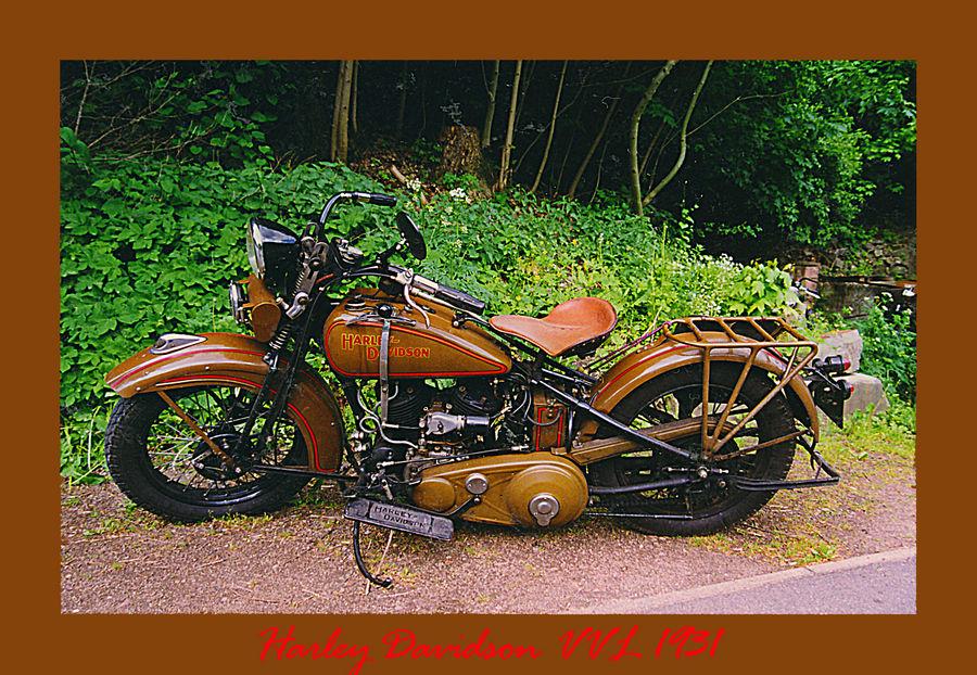 Harley Davidson von 1949 im Wald