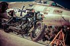 Harley Davidson vor dem alten Starfighter