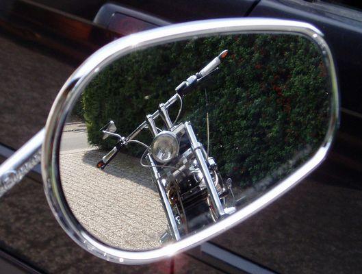 Harley im Rückspiegel einer anderen