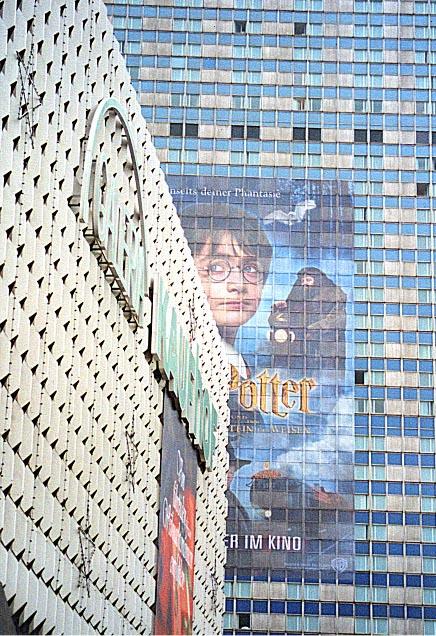 Harry sieht Dich....(derzeit größtes Filmplakat der Welt am  Forum-Hotel Berlin-Alexanderplatz)