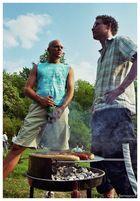 harte Männer beim Grillen