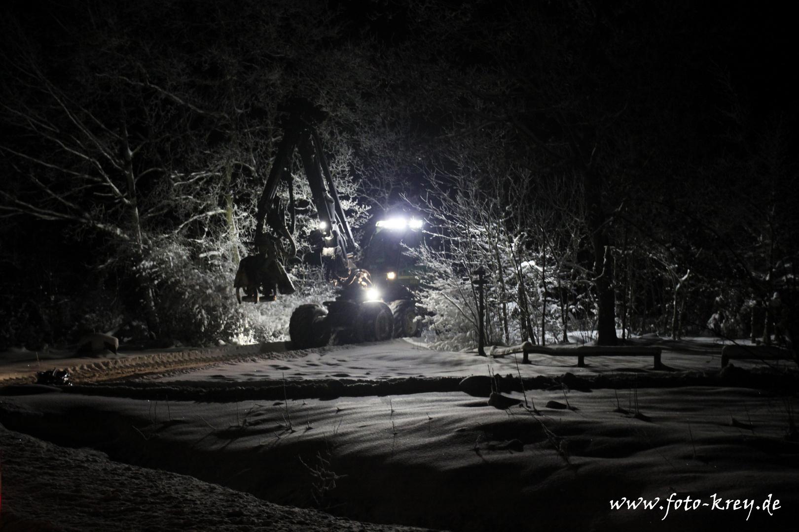 Harvester im Wald bei Nacht