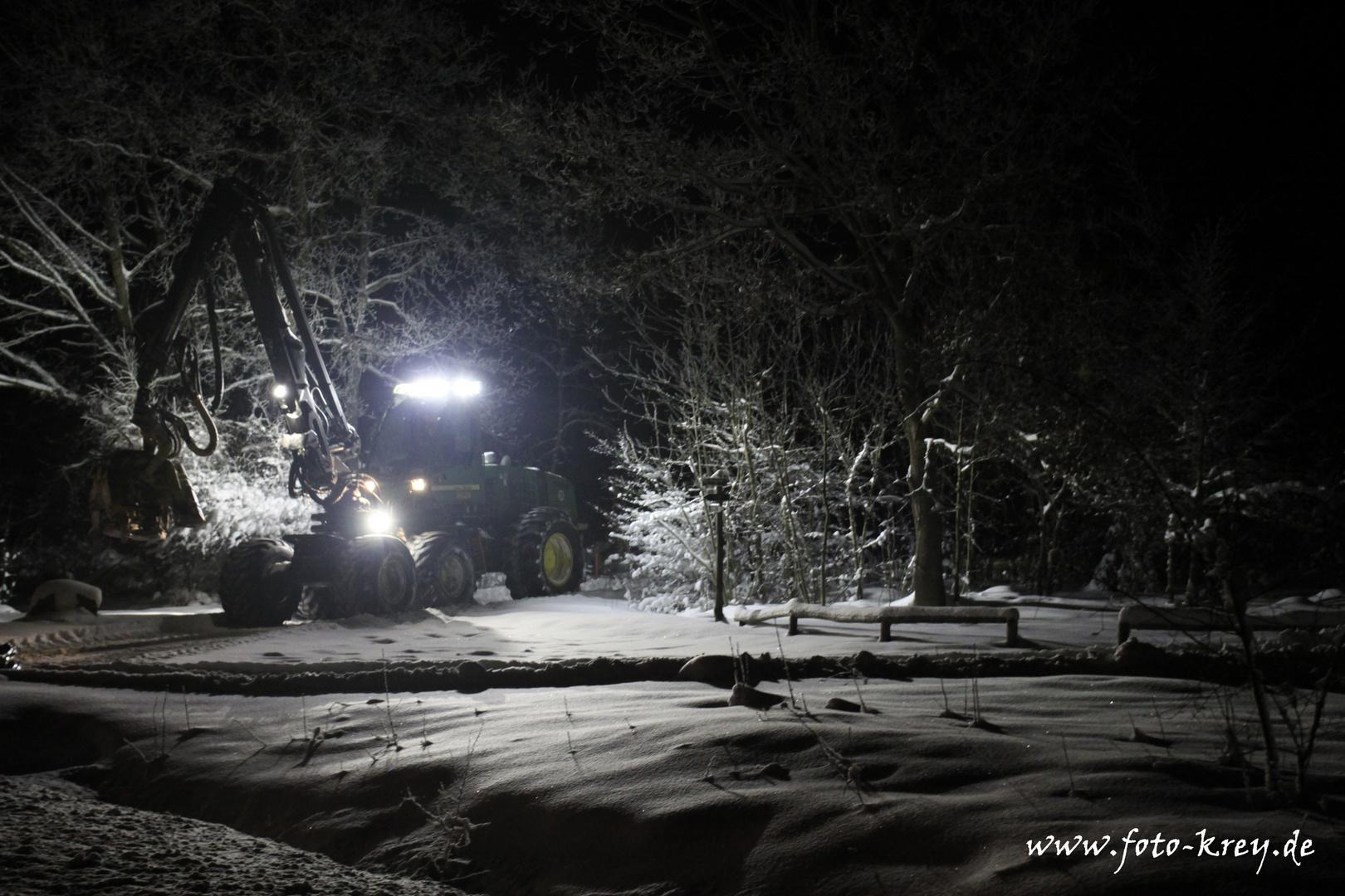 Harvester im Wald bei Nacht 2