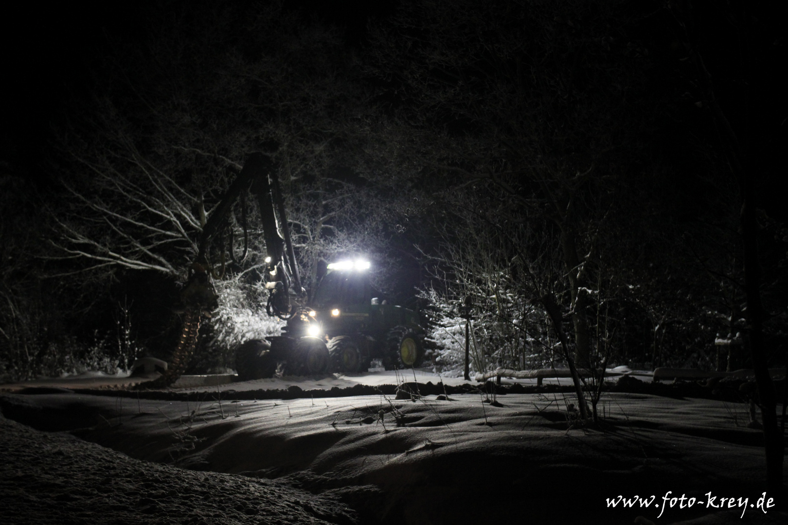 Harvester im Wald bei Nacht 3
