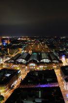 Hauptbahnhof Frankfurt bei Nacht vom SilverTower aus gesehen