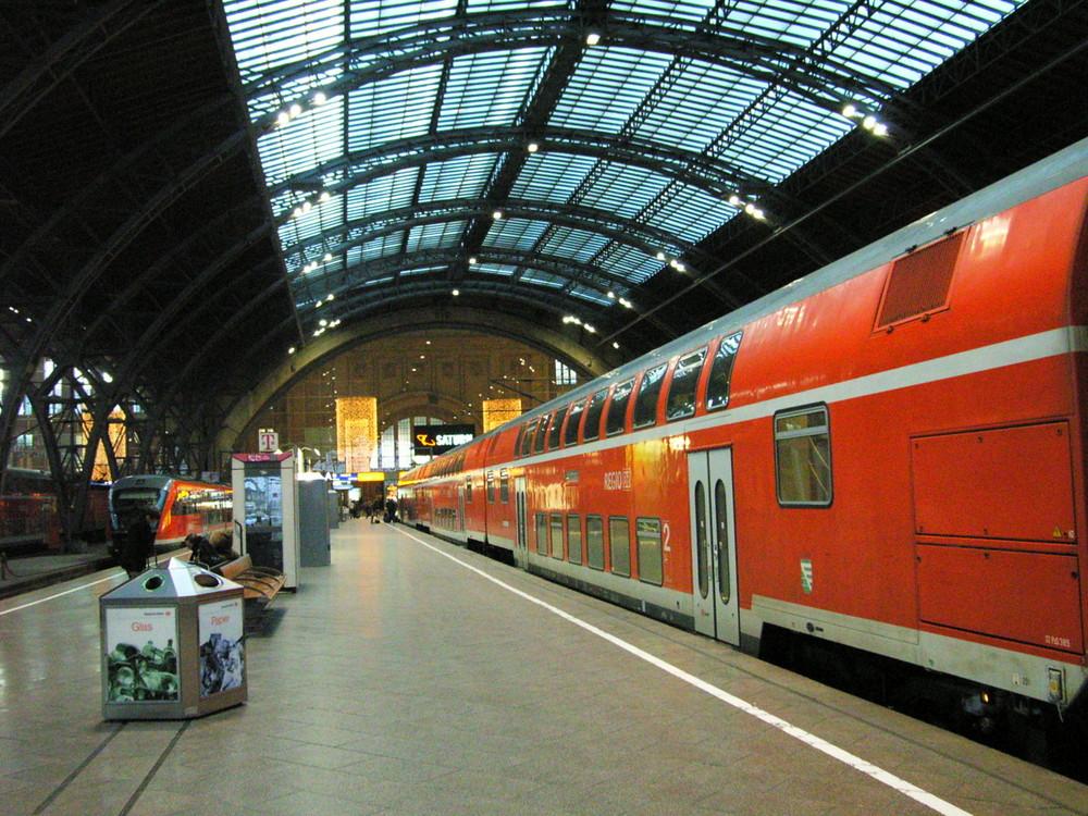 Hauptbahnhof Leipzig mit S-Bahnzug