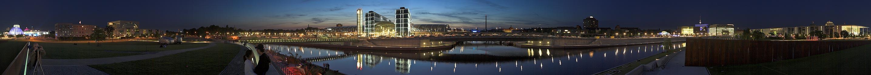 Hauptbahnhof und Regierungsviertel von der Spreebogenwiese aus